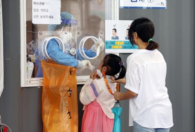 추석 당일인 21일 서울역 광장에 마련된 신종 코로나바이러스 감염증(코로나19) 임시선별검사소에서 한복을 입은 한 어린이가 검사를 받고 있다. 연합뉴스 제공