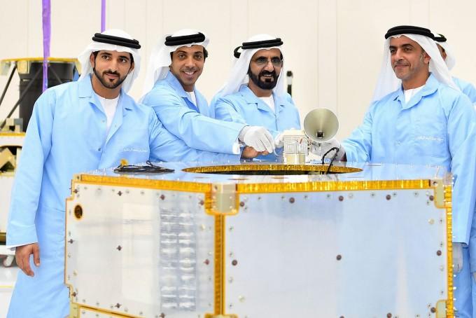 2017년 UAE 정부는 장기 프로젝트로 화성에 사람이 살 수 있는 도시를 세운다는 ′화성 2117 프로젝트′를 발표했다. 사진은 무하마드 빈 라시드 알막툼 UAE 총리(맨 오른쪽)와 만수르 부총리가 칼리파샛(아랍에미리트 최초의 국산 인공위성) 앞에 서 있는 모습이다. MBRSC 제공
