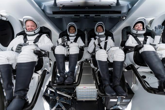 인스퍼레이션4에 참여하는 탑승자들이 크루 드래건 내부에 앉아 리허설을 진행하는 모습이다. 스페이스X 제공