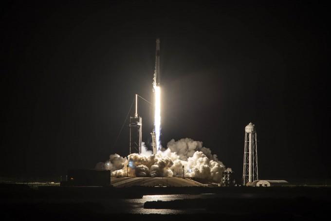 일론 머스크가 이끄는 우주개발기업 스페이스X가 15일 오후 8시 3분(한국 시간 16일 오전 9시 3분) 미국 플로리다주 케네디우주센터에서 민간인 4명을 태운 관광용 우주선 발사에 성공했다. 스페이스X 제공