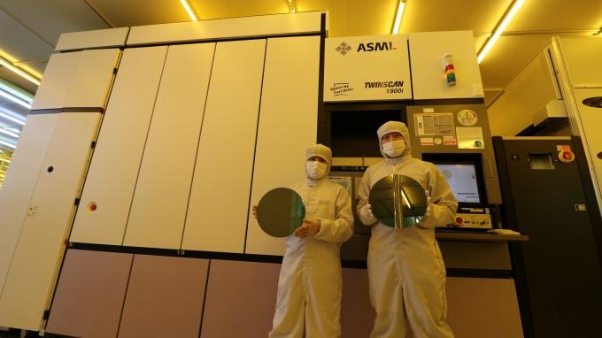 1층청정실 ArF 이머전 스캐너 앞에서 나노종합기술원 연구원이 자체 제작한 40nm 패턴웨이퍼를 선보이고 있다. 나노종합기술원 제공