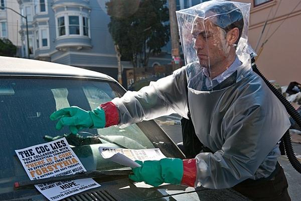 코로나19 사태와 닮은 신종 바이러스 관련 영화 ′컨테이너(2011년 개봉)′ 스틸컷. 워너브라더스 제공