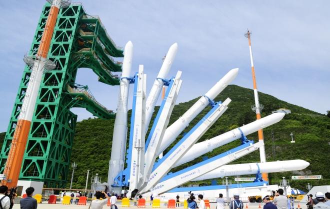 10월 21일 발사 예정인 한국형 발사체 `누리호′ 인증모델이 나로우주센터에서 발사대에서 기립시험 중인 모습이다.  한국항공우주연구원 제공