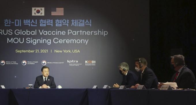 문재인 대통령이 21일(현지시각) 미국 뉴욕 시내 호텔에서 열린 한미 백신 협력 협약 체결식에서 발언하고 있다. 연합뉴스
