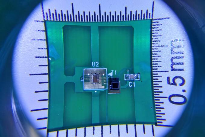 방사성동위원소가 방출하는 베타선을 활용해 해킹이 불가능한 난수를 만드는 1.5mm 크기의 베타 양자진성난수생성기가 개발됐다. 한국원자력연구원 제공