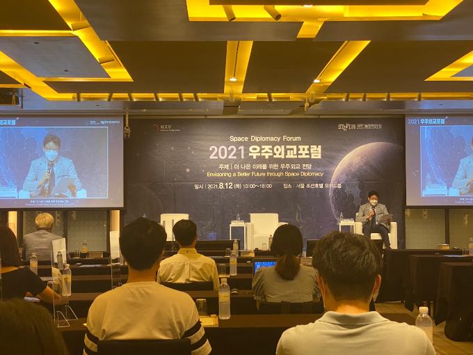외교부와 과학기술정책연구원(STEPI)은 12일 서울 중구 조선호텔에서 미국과 호주 등 해외 우주전문가들을 초청한 가운데 비대면 방식으로 우주외교포럼을 열었다. 이날 전문가들은 우주탐사와 우주법, 지속가능한 우주개발에 관한 외교현안에 관해 소개했다. 박근태 기자 kunta@donga.com