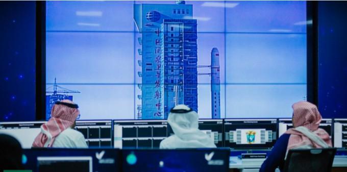'킹 압둘아지즈 과학기술도시(KACST)' 엔지니어들이 관제소에서 중국 로켓 발사를 모니터링 하고 있다.  사우디 국제커뮤니케이션센터 제공