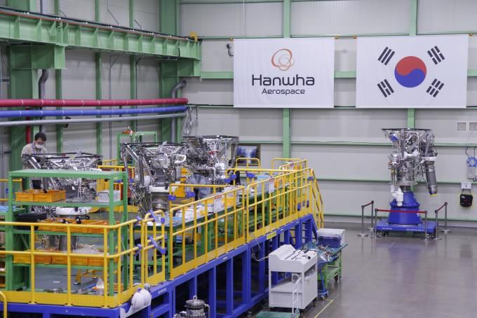 8일 경남 창원 한화에어로스페이스 로켓엔진 공장에서 작업자들이 누리호 세 번째 비행모델(FM-3)에 들어갈 1단 엔진을 점검하고 있다. 창원=조승한 기자 shinjsh@donga.com