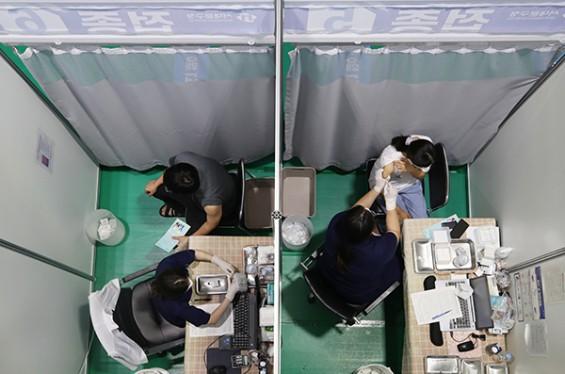 최근 2주간 신규 확진자 10명 중 8명 백신 미접종·불완전 접종자…돌파감염도 증가세