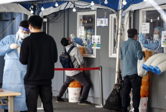 코로나 확진 10일 연속 1000명대…백신 이상반응 신고율 0.45%